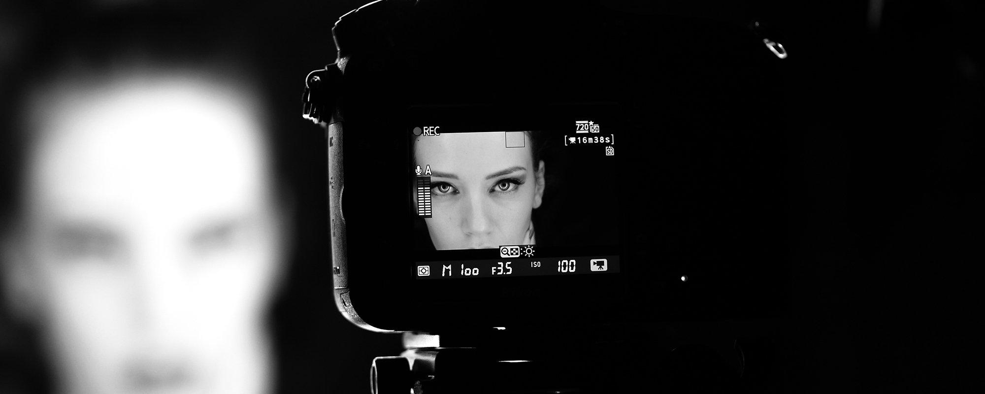 Il fotografo sta utilizzando attrezzature professionali Canon e una sala posa attrezzata con i migliori strumenti del settore.