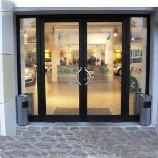 ingresso negozio con vetrata e infisso in alluminio