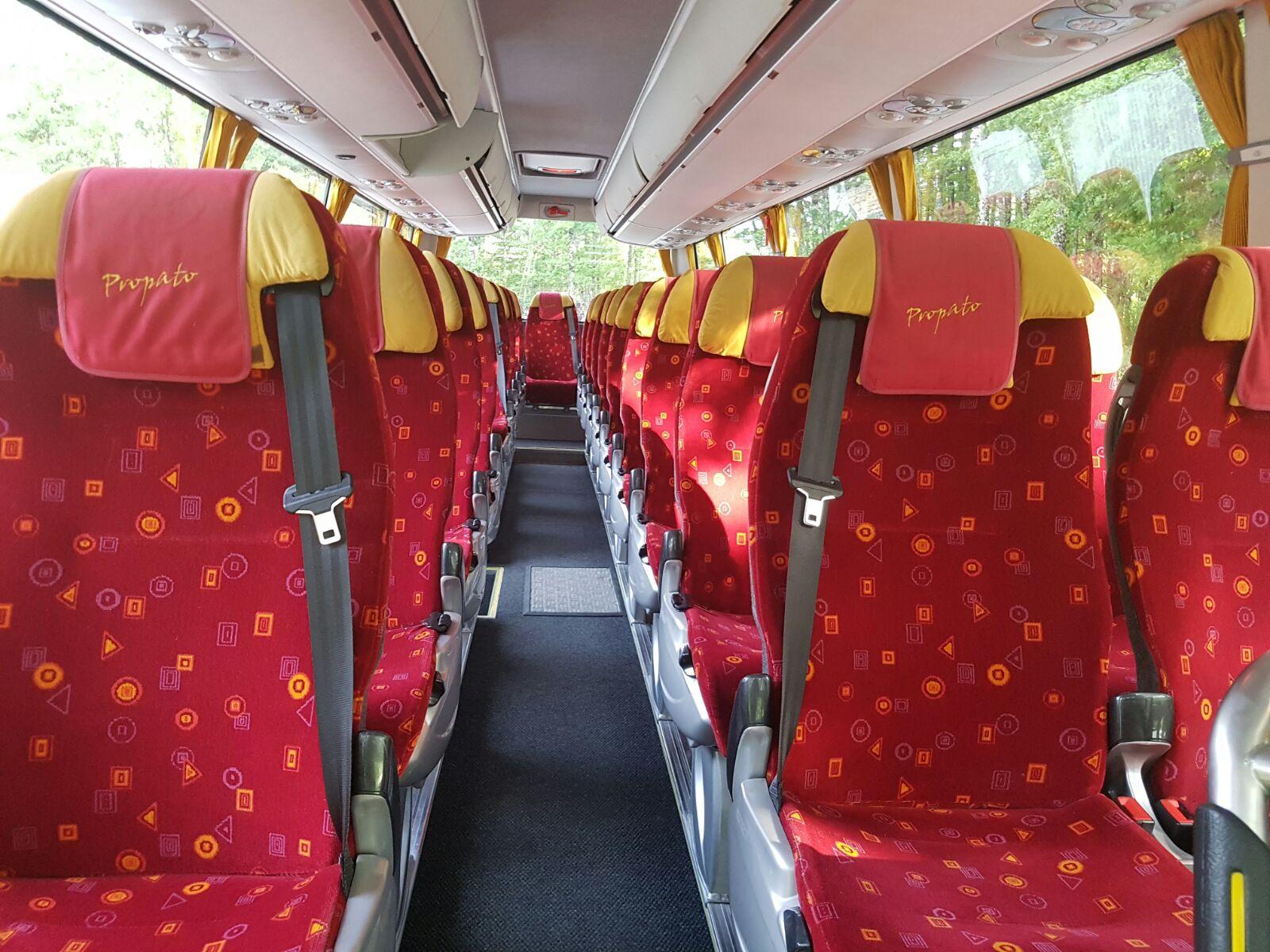 sedili rossi di un minibus