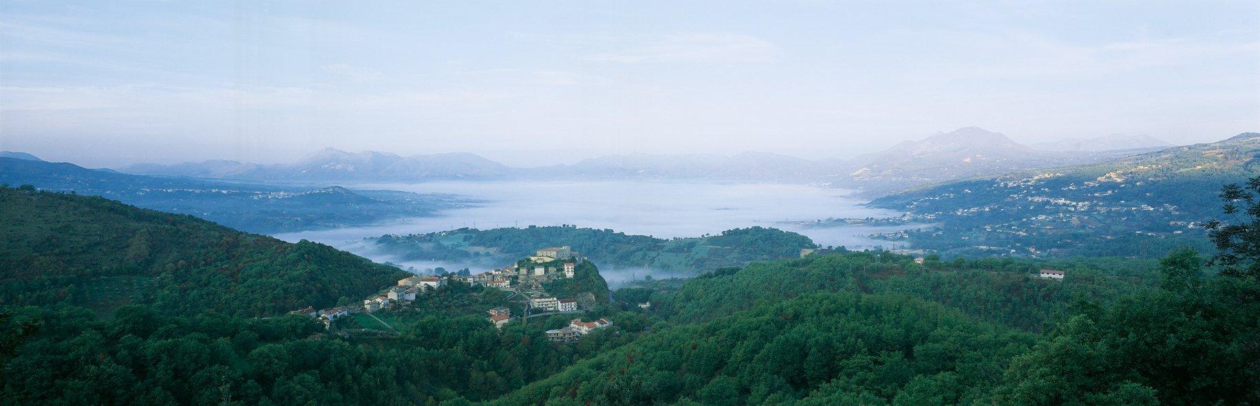 vista della vallata con la nebbia