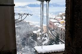 ghiaccio e città ricoperta dalla neve
