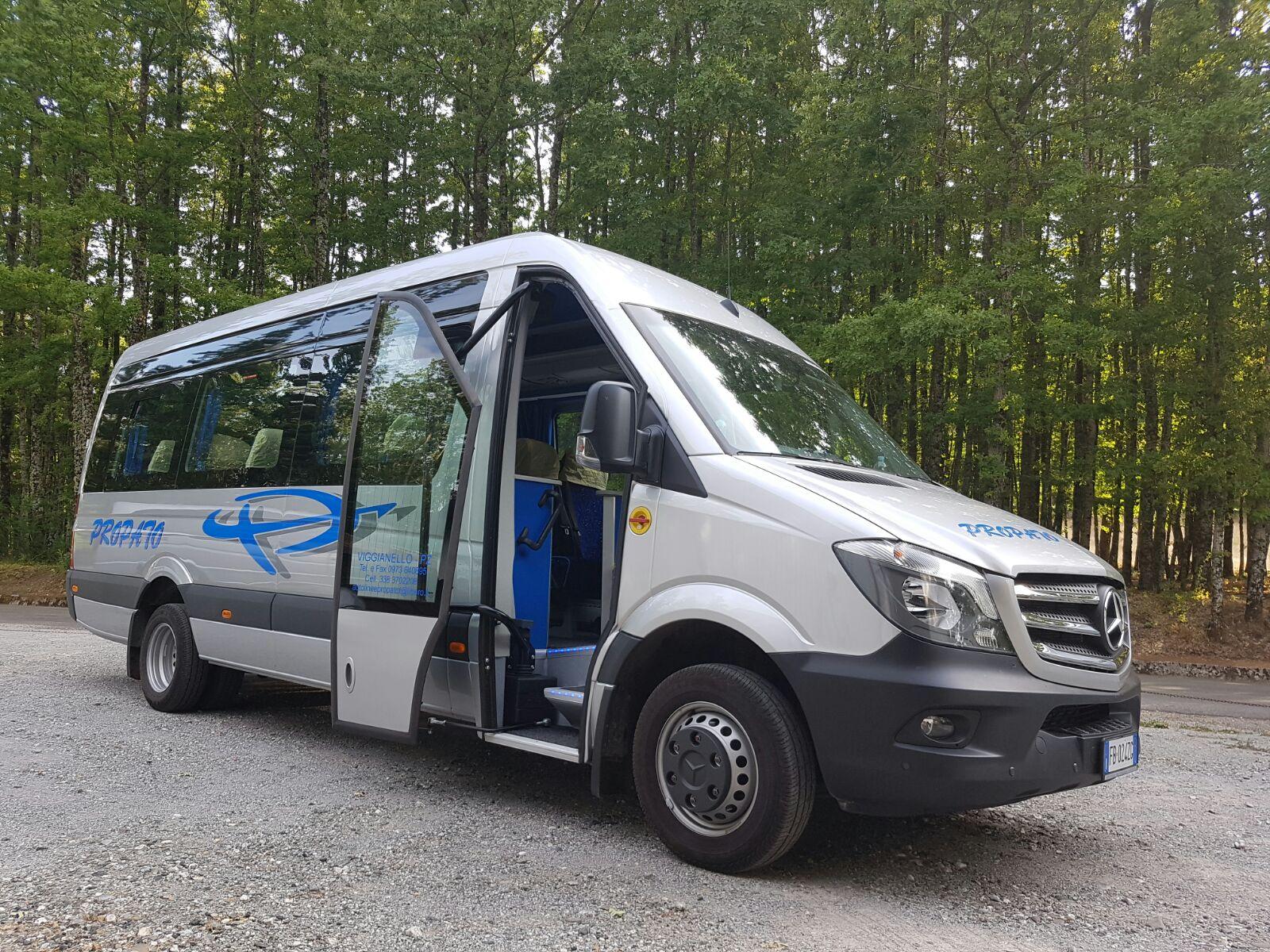 minibus con porta anteriore aperta