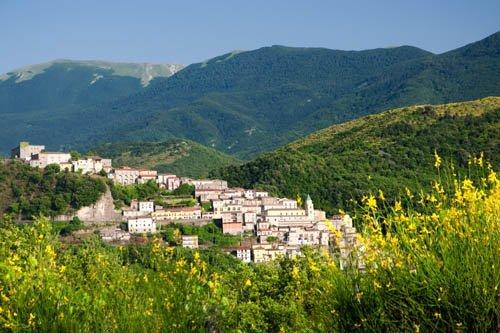 vista di una città fra i monti