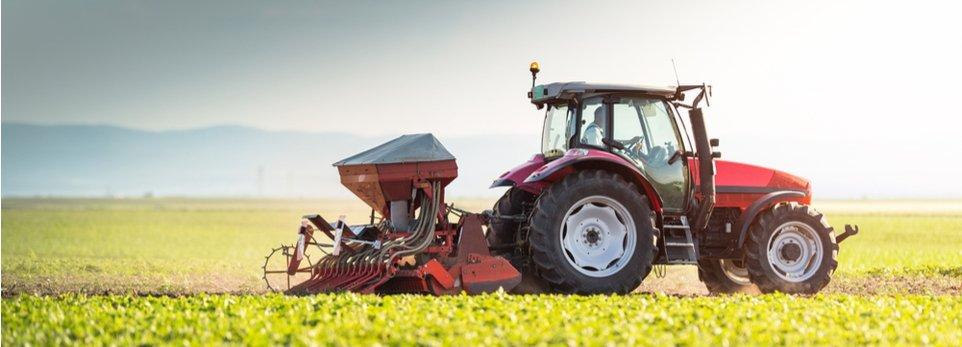 trattore durante la semina