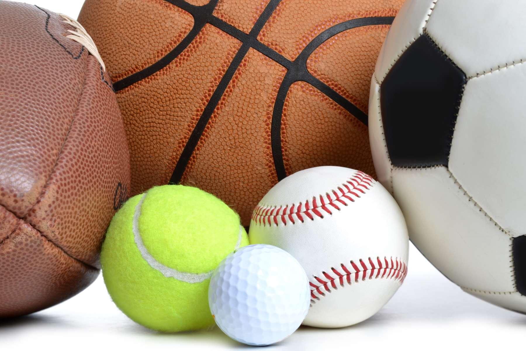 delle palle da calcio,basket e delle palline da tennis e da golf