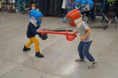 dei bambini che si allenano con le sciabole