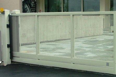 cancelli con tamponamento rete metallica