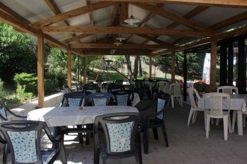 dei tavoli e delle sedie all'aperto sotto una copertura