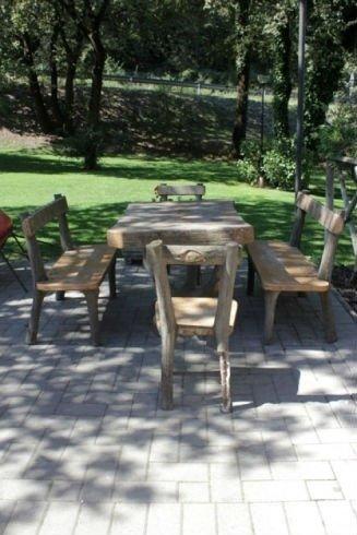 due panchine, un tavolo e due sedie all'aperto