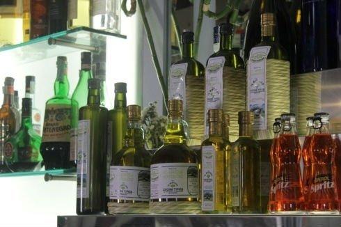 delle bottiglie di olio d'oliva extra vergine