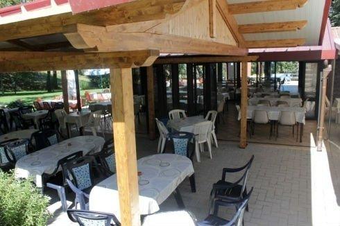 dei tavoli e delle sedie all'aperto