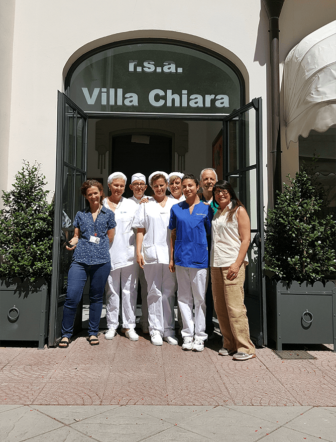 Lo staff all'entrata di Villa Chiara