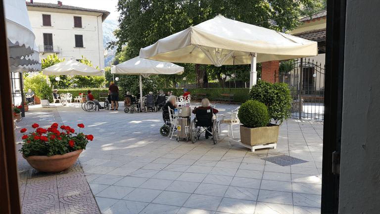 Anziani nel giardino della struttura
