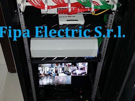 un impianto elettrico e sotto dei piccoli monitor