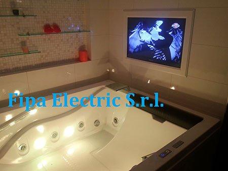 una vasca e una tv vicino