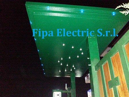 una copertura verde e delle luci di illuminazione