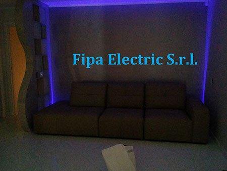 un divano e dietro delle luci blu