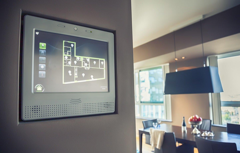 smart monitor domotica installato in casa per controllo luci