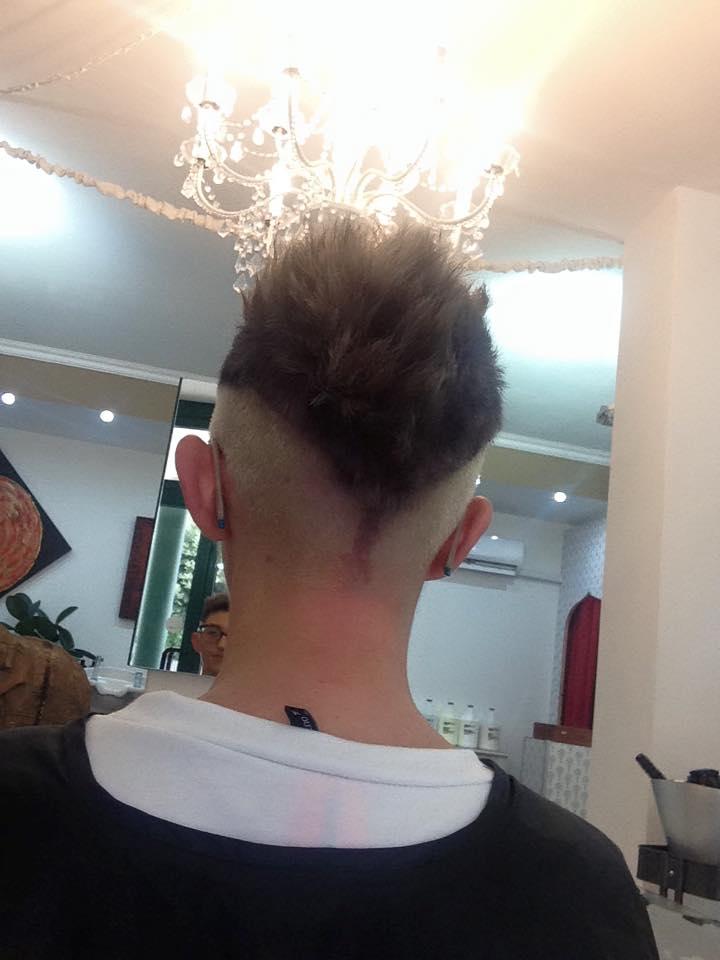 Uomo con taglio corto e rasato ai lati