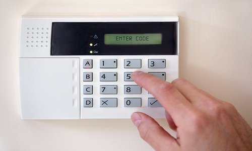 un dito che preme i tasti di un dispositivo di sicurezza