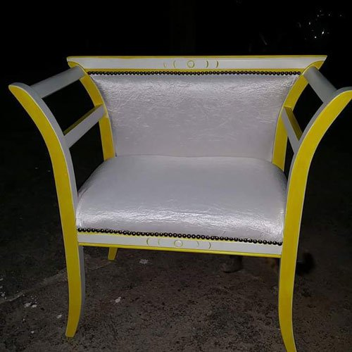 una sedia rivestita in pelle bianca e rifiniture gialle