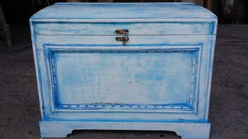 un como' di color azzurro come se fosse dipinto a matite