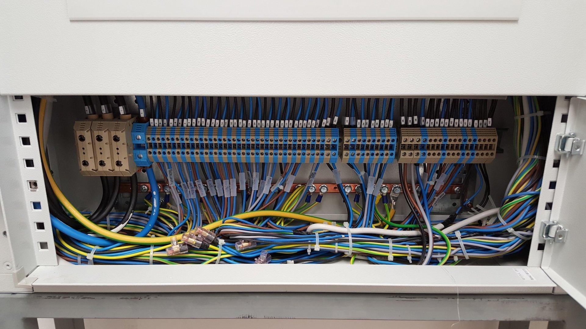 Cassa di multiple collegamenti elettrici