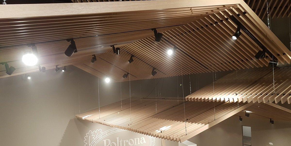 Pezzi del falso tetto con i focolai installati