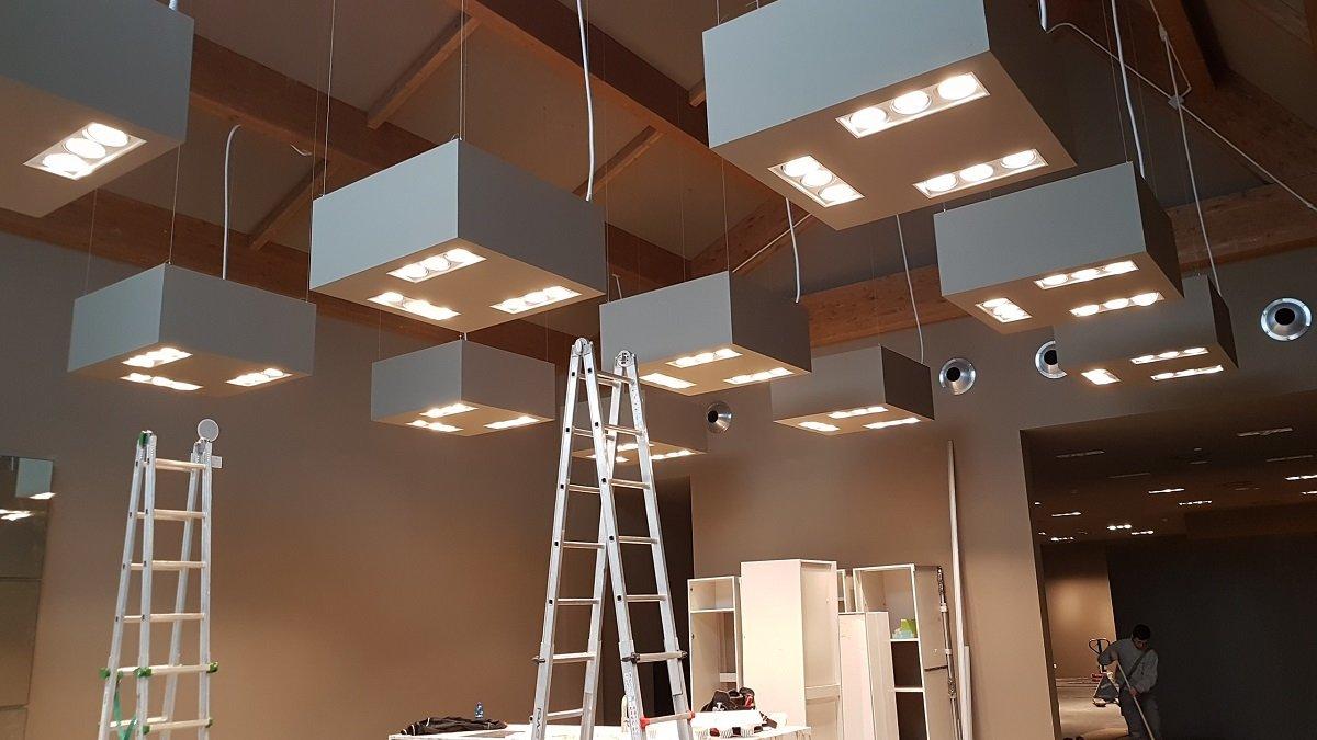 Cassetti di luce impiccando del tetto