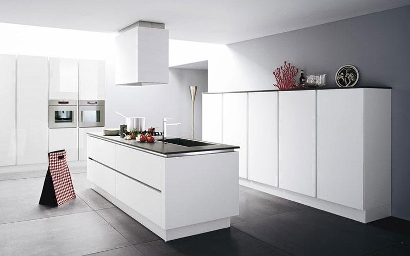 cucina moderna bianca con isola