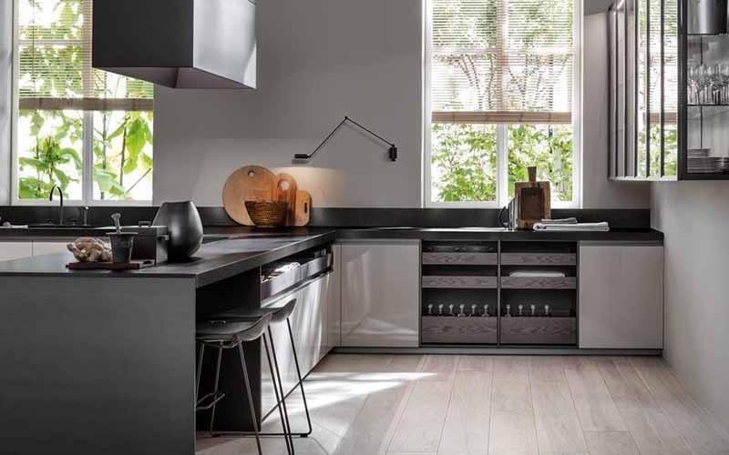 cucina moderna di colore scuro
