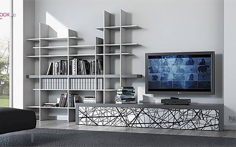 soggiorno in toni di grigio con elegante libreria