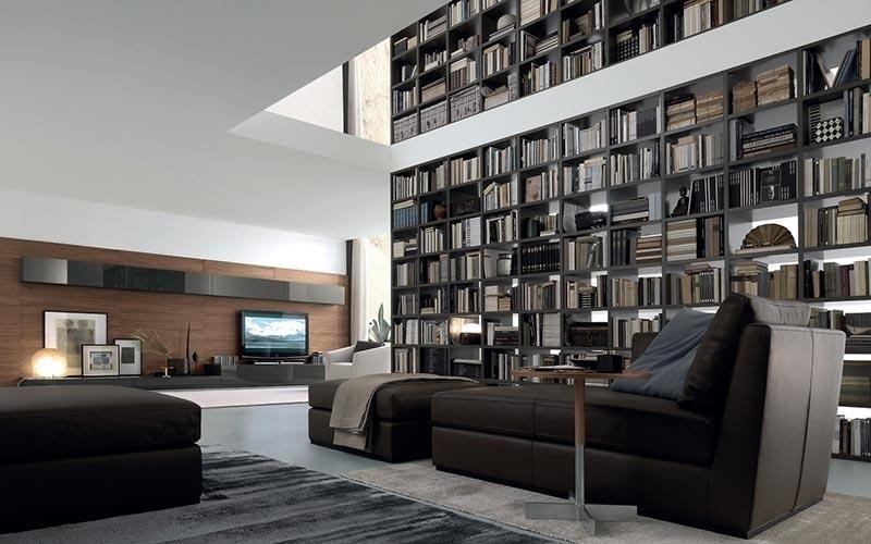 soggiorno con divano nero
