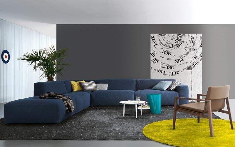 soggiorno con divano ad angolo blu