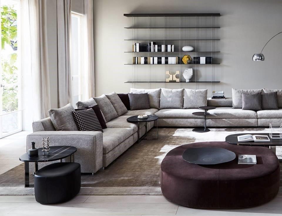 lungo divano ad angolo