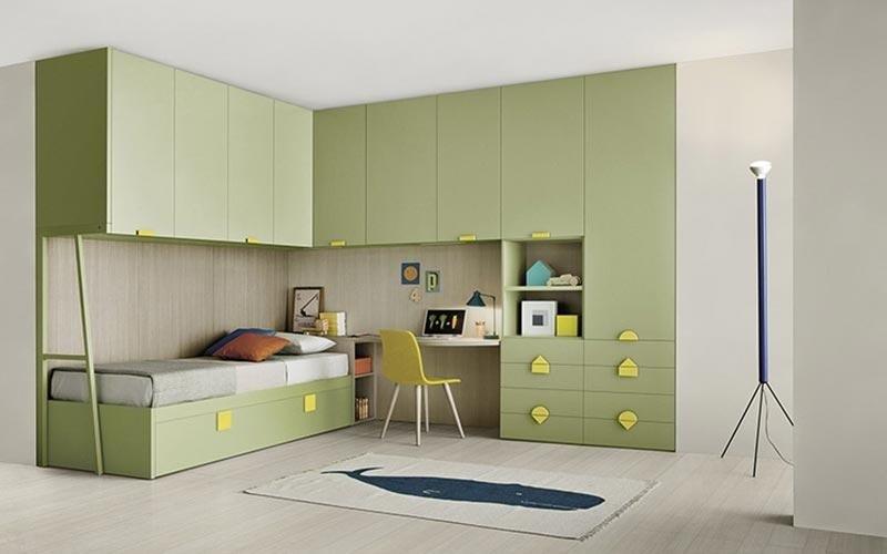 cameretta con soppalco e scrivania in toni di verde
