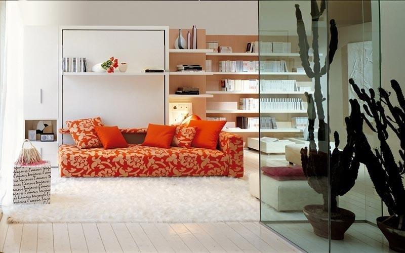 camera con divano letto e libreria