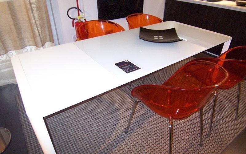 tavolo bianco con sedie rosse