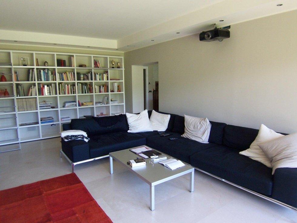 divano ad angolo bianco e nero
