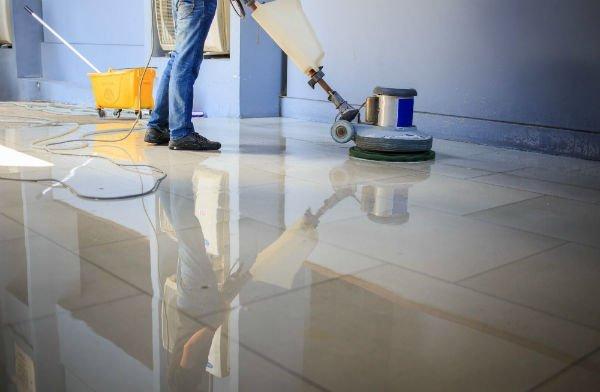 pulizia di pavimento in marmo