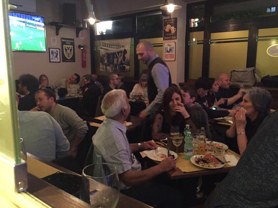 Persone bevono e mangiano alla birreria Timasy Beer