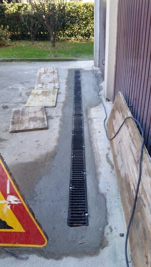 Installazione di canale di scolo all'entrata del garage