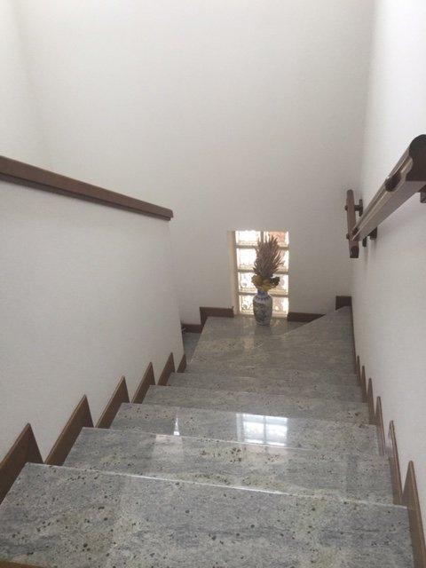 Scale di marmo con ringhiera di legno