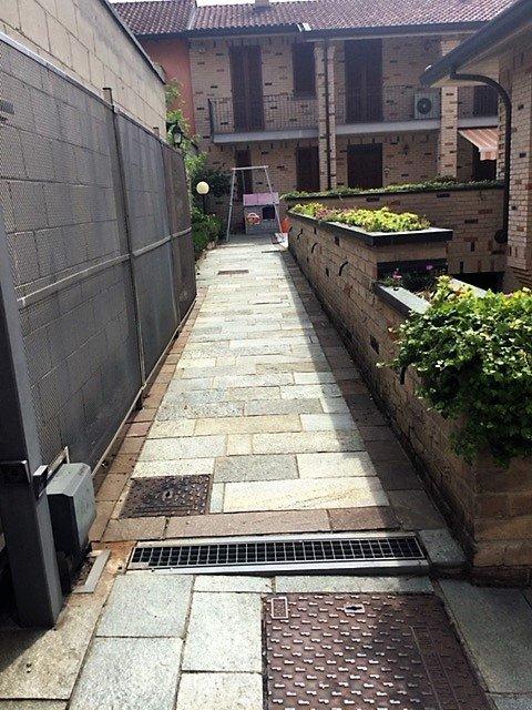 Corridoio esterno con muro rafforzato e canale di scolo