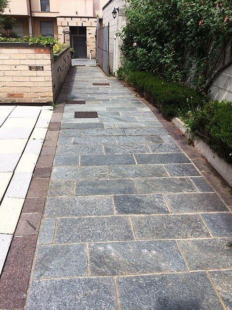 Cammino di pietra con piante nel laterale