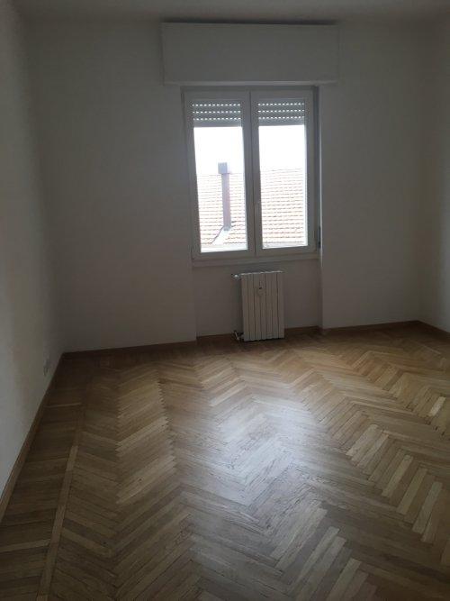 Camera renovata,pareti dipinte, radiatore,finestre di PVC e pavimento in legno