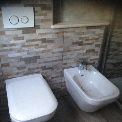 Bagno con piastrelle di marmo e nuova installazione