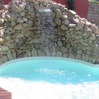 Piscina con cascata artificiale