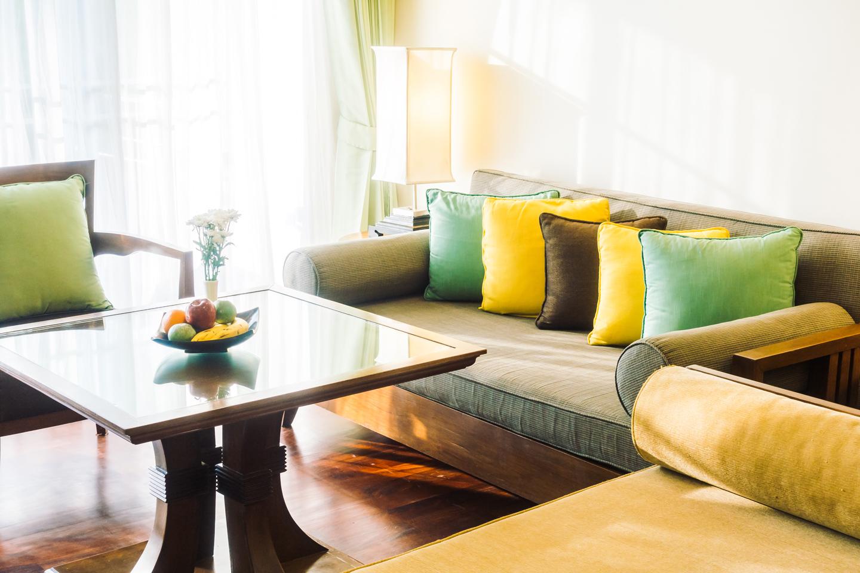 divano con tavolino zona giorno