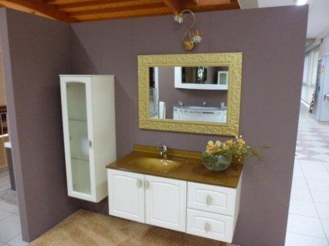 bagno con lavandino, fiori, specchio con dettagli oro